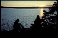 Anita und Susi genießen den Sonnenuntergang auf Bärön